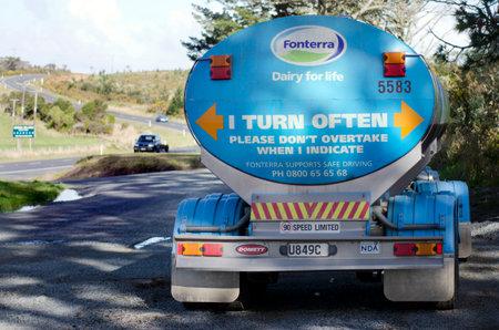 exceeding: KERIKERI, NZ - 11 de agosto: Fonterra Leche cami�n el 11 ago 2013..Fonterra responsable del 30% de las exportaciones de l�cteos del mundo, con ingresos superior a RD $ 20 mil millones, es la mayor compa��a de Nueva Zelanda.