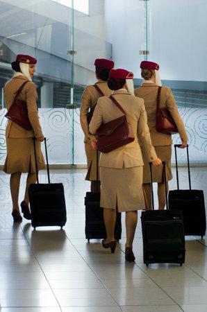 głosowało: AUCKLAND - SEP 15:Emirates Airlines flight attendants in Auckland International Airport on Sep 15 2013.Emirates Airline was voted Airline of the Year in 2013. Publikacyjne