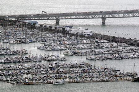 literas: Auckland, NZ - DIC 08: Vista aérea de la Marina Westhaven el oct de 08 2013..It el puerto deportivo más grande en el hemisferio sur con cerca de 2000 amarres y el swing de amarres.