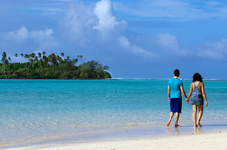 rarotonga: RAROTONGA - SEP 17:Couple on Honeymoon walks on Muri lagoon on Sep 17 2013.Cooks Islands are major travel destination for couples from NZ and Australia that married on the beach of a Pacific island. Editorial