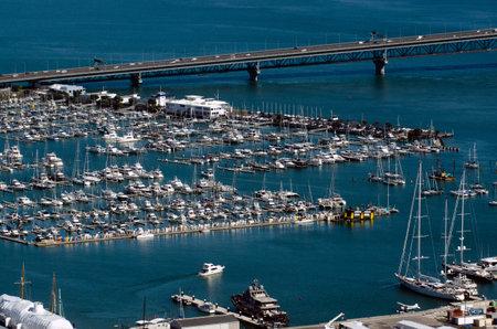 literas: Auckland, NZ - ENE 02: Barcos de amarre en Marina Westhaven el ene de 02 2014.It el puerto deportivo más grande en el sur de Hemisphere.It dispone de 2000 camas y el swing de amarres y continuamente reservado. Editorial