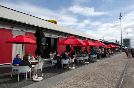 oficina antigua: AUCKLAND - 06 de octubre: Restaurantes y cafés en Auckland Viaduct Basin Harbor en un antiguo puerto comercial 06 de octubre de 2013.It se convirtió en una promoción de apartamentos de lujo, oficinas y restaurantes.