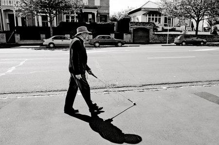 AUCKLAND - OCT 06: De blinde man loopt met een stok op 6 oktober 2013.According de WHO 90% van de blinde mensen leven in de ontwikkelingslanden en cataract is verantwoordelijk voor meer dan 22 miljoen gevallen van blindheid.