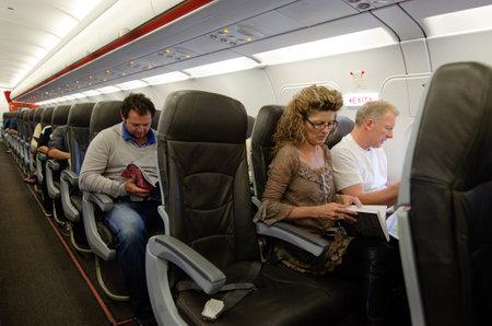 AUCKLAND - ENE 12: Interior del aeroplano con los pasajeros en los asientos el ene 12 2013. El riesgo anual de morir en un accidente de avión es de 1 en 11 millones.