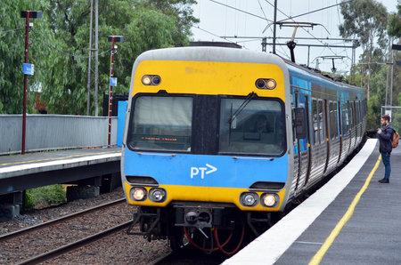 estacion de tren: MELBOURNE - ABR 10 2014: Pasajeros en Metro Trains Melbourne platform.It viaja a más de 30 millones de Km y servicios a más de 228 millones de clientes al año y transporta más de 415.000 pasajeros cada día laborable.