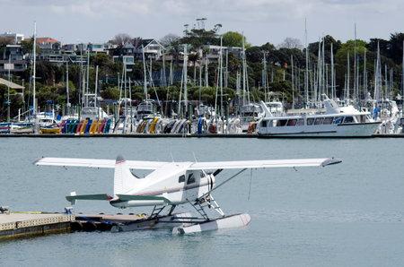 literas: Auckland, NZ - DIC 06: Hidroavión amarre fuera Westhaven Marina el oct 06 de 2013.It el puerto deportivo más grande en el sur de Hemisphere.It dispone de 2000 camas y el swing de amarres y continuamente reservado. Editorial