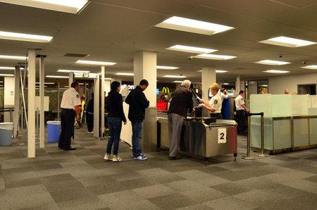 seguridad en el trabajo: AUCKLAND - 31 de diciembre: estación de seguridad de los aeropuertos de 31 de diciembre 2013.Since la década de 1970, Terrorismo Aire, secuestros y atentados se convirtió en el método de elección para las organizaciones subversivas, militantes de todo el mundo.