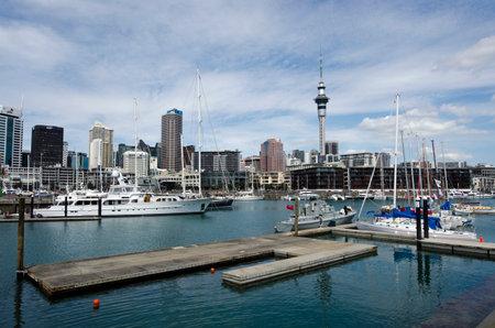 oficina antigua: AUCKLAND - DIC 06: Yates de amarre en puerto de Auckland cuenca del viaducto el oct 06 En un antiguo puerto comercial de 2013.It se convirti� en una promoci�n de pisos en su mayor�a de lujo, oficinas y restaurantes.