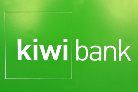 Mangonui, NZ - 21 maart 2014: Kiwibank logo. Het is Nieuw-Zeeland's Most Trusted Bank, door Reader's Digest Trusted Brand Awards 2007, 2008, 2009, 2011 en 2012. Stockfoto - 46218585