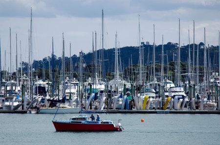 literas: Auckland, NZ - DIC 06: Velero y yates de amarre en Marina Westhaven el oct 06 de 2013.It el puerto deportivo más grande en el sur de Hemisphere.It dispone de 2000 camas y el swing de amarres y continuamente reservado. Editorial