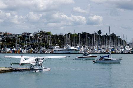literas: Auckland, Nueva Zelanda - DIC 06: hidroaviones y barcos de vela fuera Westhaven Marina el oct 06 2013.It del puerto deportivo m�s grande en el sur tiene Hemisphere.It 2000 amarres y el swing de amarres y continuamente llenos.