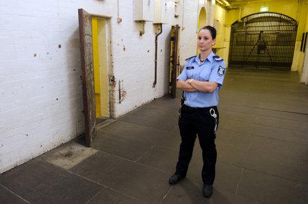 mujer policia: MELBOURNE - ABR 11 2014: Un carcelero de la mujer en el Old Melbourne Gaol, A partir de 2010, la cárcel es reconocida como la más vieja supervivencia establecimiento penitenciario de Victoria, y atrae a unos 140.000 visitantes al año Editorial
