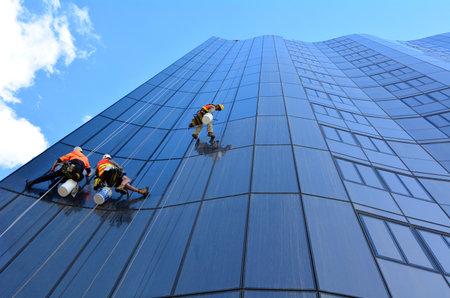 fachada: MELBOURNE - 14 de abril 2014: los limpiadores de ventanas trabaja en la limpieza building.Window de gran altura es considerado uno de los trabajo más peligroso en los limpiadores de ventanas world.Several mueren cada año y muchos resultan heridos
