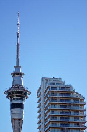 オークランド - 5 月 31 日 2014:Apartments Auckland.House 価格でスカイタワーの近くの建物は 600 ドル 1 週間あたりの平均に急上昇を借りる家オークランド市の平均価格を約 NZ - 活況を呈しています。 写真素材 - 46256777
