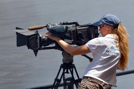 Gold Coast, AUS - 6 november 2014: cameravrouw filmen. In 2006 waren er ongeveer 27.000 televisie, video en film cameramensen die werkzaam zijn in de Verenigde Staten.