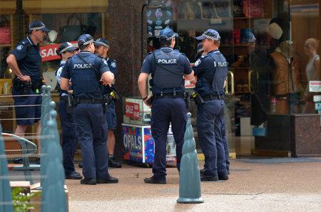 officier de police: GOLD COAST, AUS - 2 novembre 2014: Les agents de police des patrouilles � Surfers Paradise. la police Gold Coast en alerte haute terreur mis en garde d'�tre hyper vigilant et patrouiller les mosqu�es locales et des sites d'infrastructures critiques