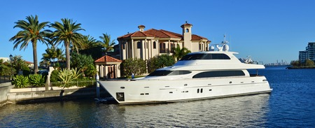GOLD COAST - OCT 14 2014:Luxury home and super yacht in Sovereign Islands.Its one of the most expensive areas in Gold Coast Queensland and Australia with some homes in excess of 20 million dollars. Redakční