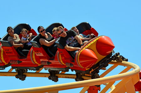 GOLD COAST, AUS - 06 de noviembre 2014: Los visitantes montar en Road Runner Roller Coaster en Movie World Gold Coast de Australia.It un 335-metros (1.099 pies) Coaster Júnior alcanza una velocidad máxima de 45,9 kmh (28,5 mph) Editorial