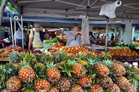 BRISBANE, AUS - 25 september 2014: Mensen winkelen bij Jan Powers Farmers Market in Brisbane City.It bieden de beste producten in Queensland van vers fruit, groenten en eten naar Brisbane, Australië. Redactioneel