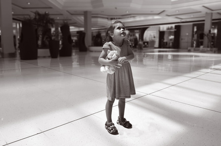 골드 코스트, 호주 - 2014 년 11 월 07 일 : 어린 소녀 탈리아 벤 아리 (Talya Ben-Ari)는 쇼핑몰에서 길러졌습니다. 매년 잃어버린, 도망 다니거나 납치 된 어린 에디토리얼
