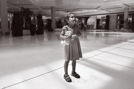 Gold Coast, AUS - 7 november 2014: Meisje Talya Ben-Ari leeftijd 04 verloren in een winkelcentrum mall.Each jaar, 800.000 kinderen worden vermist in Amerika, waaronder een aantal die verloren zijn, weglopen of ontvoerd. Redactioneel