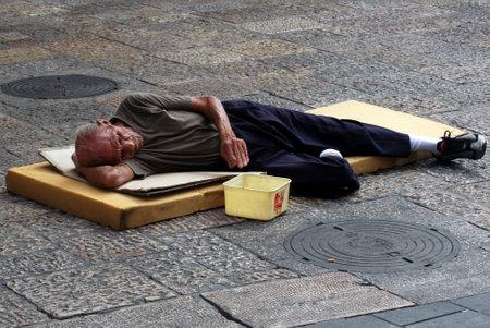 gente pobre: JERUSAL�N - 15 de noviembre: Un mendigo de la calle se encuentra en el suelo y pide dinero el 15 de noviembre de 2007 en Jerusal�n, Israel.About 20.5 de las familias israel�es que viven por debajo del umbral de pobreza