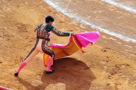 corrida de toros: Un Matador y un toro están en un punto muerto antes de participar en una corrida de toros de la ciudad battlein México