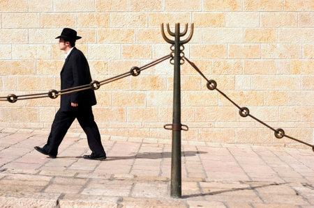 holy  symbol: JERUSALEN - Nov 15: visita hombre judío en el Muro de los Lamentos, el 15 de noviembre de 2010 en Jerusalén, sin duda el lugar más sagrado de Israel.It reconocido por la fe judía fuera del Monte del Templo. Editorial