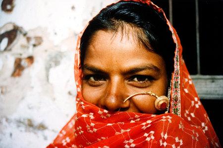 violencia sexual: JAIPUR - 25 de agosto: Mujer Rajastán fuera aquí en casa el 25 de agosto de 2004 en Jaipur Rajasthan, India.In India, las mujeres dalit experimentan altas tasas de violencia sexual cometidos por los hombres indígenas de casta superior.