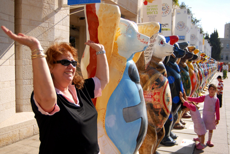 middle east peace: JERUSALEM - AUG 18:United Buddy Bears on August 18 2007.Its an international art exhibition with more than 140 bears represented the UN countries, promoting tolerance and living in peace and harmony. Editorial