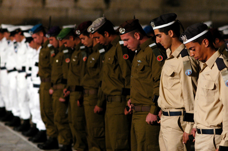 middle east war: JERUSALEM - APRIL 22:Israeli soldiers stand in formation during a ceremony to mark the beginning of Memorial Day or Yom Hazikaron at the Kotel, western wall in Jerusalem Sunday, April 22, 2007.