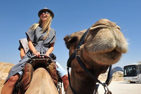 JERICHO - 17. September: Touristen während Kamelritt am 17. September 2008 in der judäischen Wüste, ist Israel.It einen regen Schatten Wüste zwischen Jerusalem nach Jericho 85 Meilen lang und 25 Meilen breit entfernt. Standard-Bild - 46438013