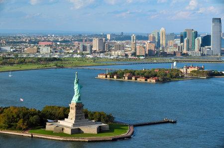 뉴욕 - 년 10 월 15 : 2010 년 10 월 15 일에 자유의여 신상과 맨하탄 뉴욕의 헬리콥터에서 공중보기.