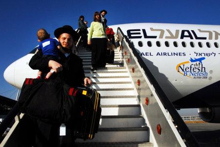 agencia de viajes: TEL AVIV - 22 de julio de 2008: Los nuevos inmigrantes judíos que hacen aliá en el aeropuerto Ben Gurion el 22 de julio de 2008.It la inmigración de Judios a la Tierra de Israel desde el exilio babilónico. Editorial
