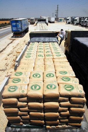 retained: SUFA, ISR - JULY 03: Suministro de hormigón están listos para ser pasado a través de cruce de Sufa a la Franja de Gaza el día 03 Julio 2008.Under su plan de retirada en 2005, Israel conservó el control exclusivo de Gaza. Editorial