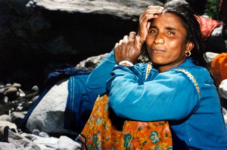 violencia sexual: SHIMLA - 05 de agosto: Mujer india fuera de aqu� a casa el 05 de agosto 2004 en Shimla Himachal Pradesh, India.In India, las mujeres dalit experimentan altas tasas de violencia sexual cometidos por los hombres ind�genas de casta superior.