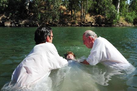 bautismo: TIBERIAS - 18 DE MAYO: Los peregrinos cristianos durante la ceremonia de bautismo en masa en el río Jordán en el norte de Israel el 18 de mayo tradición 2009.In cristiana, Jesús fue bautizado en el río Jordán por Juan el Bautista.