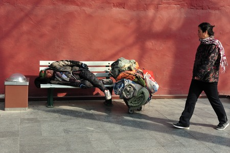 gente pobre: BEIJING - MARCH 11:Chinese homeless sleeeping outside The Forbidden City walls on March 11 2009 in Beijing,China.More than 135 million people in China live on less than 1 a day