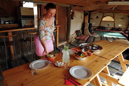 turismo ecologico: Negev occidental - 14 de mayo: Chef del restaurante de comida org�nica de colocar los alimentos en una mesa el 15 de mayo de 2009 en el Negev occidental, Israel. Editorial