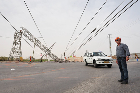 gat: KIRYAT GAT, ISR - MAY 04:Electricity worker and toppled overhead power line on April 04 2009.High voltage transmission lines carry a lot of energy or power and if not treated with respect can be fatal Editoriali
