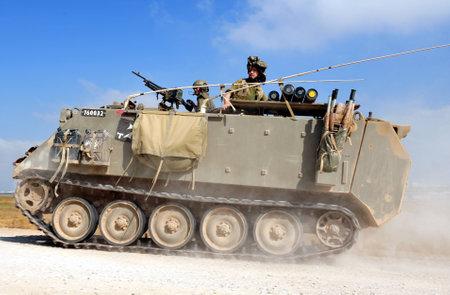 retained: Nachal OZ, ISR - 07 de junio: los combatientes israelíes en M113 blindados carrieron en franja norte de Gaza en 07 de junio 2008.Under su plan de retirada en 2005, Israel retiene el control exclusivo sobre la Franja de Gaza