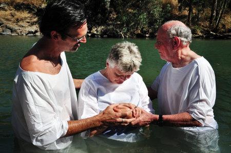bautismo: TIBERIAS - 18 DE MAYO: Los peregrinos cristianos durante la ceremonia de bautismo en masa en el r�o Jord�n en el norte de Israel el 18 de mayo tradici�n 2009.In cristiana, Jes�s fue bautizado en el r�o Jord�n por Juan el Bautista.