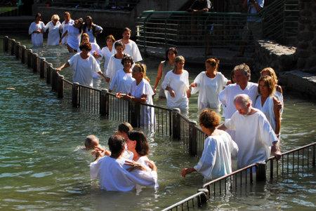 battesimo: TIBERIAS - 18 maggio: i pellegrini cristiani durante cerimonia del battesimo di massa al fiume Giordano nel nord di Israele il 18 maggio 2009.In tradizione cristiana, Gesù fu battezzato nel fiume Giordano da Giovanni Battista.