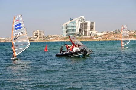 deportes olimpicos: HERZLIYA, ISR--OCT-06: la juventud israelí aprender a lo largo de Wind Surf Herzliya Pituah horizonte el oct 06 2009.Windsurfing es uno de los más exitosos deportes olímpicos de Israel.