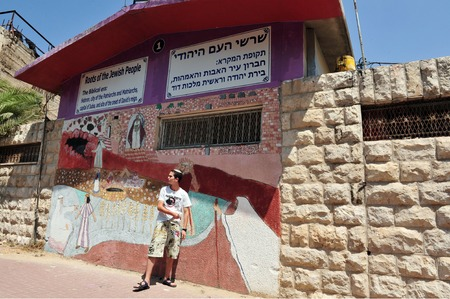 settler: HEBRON, ISRAEL - SEP 08:Jewish Israeli settler in Hebron on September 09 2009.Today, about 500 Jews live in part of the old city of Hebron under continual IDF protection.