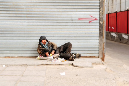 persona sentada: BEIJING - 13 de marzo: sin casa china el 13 de marzo de 2009 en Pek�n, China.More de 135 millones de personas en China viven con menos de $ 1 al d�a