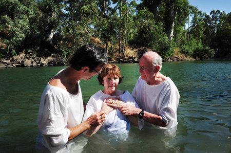 battesimo: TIBERIAS - 18 maggio: i pellegrini cristiani durante cerimonia del battesimo di massa al fiume Giordano nel nord di Israele il 18 maggio 2009.In tradizione cristiana, Ges� fu battezzato nel fiume Giordano da Giovanni Battista.