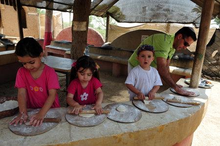 turismo ecologico: Negev occidental - 14 de mayo: los niños israelíes hacer pan de pita, el 14 de mayo de 2009 en el Negev occidental, Israel. Editorial