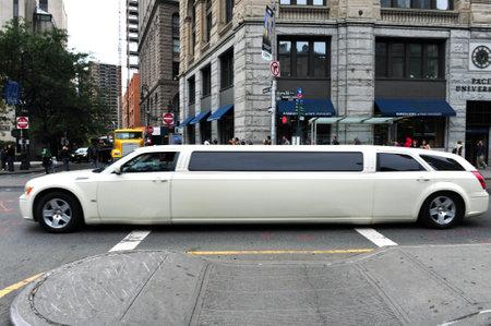 NY-10 oktober: White Limousine op 10 oktober 2009 in Manhattan New York.The eerste auto limousine, gebouwd in 1902, en de naam is afgeleid van de naam van de Franse regio Limousin.
