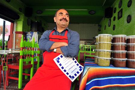 푸에블라, 2010 년 2 월 25 일 : 푸에블라, 멕시코의 멕시코 레스토랑 요리사. 멕시코 음식은 이국적인 향과 강한 향신료로 유명합니다. 스톡 콘텐츠 - 46709809